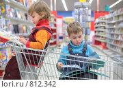 Дети в книжном магазине. Стоковое фото, фотограф Losevsky Pavel / Фотобанк Лори