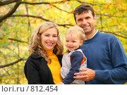 Купить «Семья в осеннем парке», фото № 812454, снято 16 октября 2019 г. (c) Losevsky Pavel / Фотобанк Лори