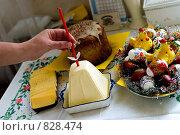 Купить «Женская рука вставляет свечку в пасху», фото № 828474, снято 22 июня 2006 г. (c) Юлия Сайганова / Фотобанк Лори
