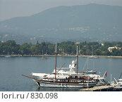 Яхта у пирса. Греция, о.Корфу (2008 год). Стоковое фото, фотограф Олег Гусев / Фотобанк Лори