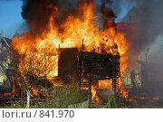Купить «Горящий дачный домик», фото № 841970, снято 2 мая 2009 г. (c) ZitsArt / Фотобанк Лори