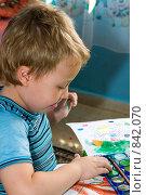 Ребенок рисует. Стоковое фото, фотограф Beniamin  Gelman / Фотобанк Лори