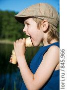 Купить «Мальчик кушает мороженое», фото № 845966, снято 1 мая 2009 г. (c) hunta / Фотобанк Лори