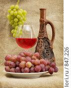 Натюрморт с керамической бутылью и виноградом. Стоковое фото, фотограф pzAxe / Фотобанк Лори