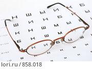 Купить «Очки и таблица Сивцева для проверки зрения», фото № 858018, снято 10 мая 2009 г. (c) Мирослава Безман / Фотобанк Лори