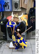 Купить «Городской пейзаж. Викинг у сувенирной лавки. (г. Стокгольм. Швеция)», фото № 862282, снято 15 марта 2009 г. (c) Александр Секретарев / Фотобанк Лори