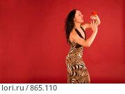 Купить «Красивая молодая брюнетка держит на руке заколку в виде бабочки», фото № 865110, снято 25 февраля 2009 г. (c) Олег Тыщенко / Фотобанк Лори