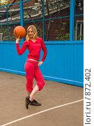Купить «Девушка с баскетбольным мячом на спортивной площадке», фото № 872402, снято 5 мая 2009 г. (c) Олег Тыщенко / Фотобанк Лори