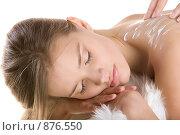Купить «Девушке втирают крем в спину», фото № 876550, снято 23 марта 2009 г. (c) Кувшинников Павел / Фотобанк Лори