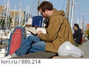 Купить «Мужчина читает книгу», фото № 880214, снято 14 сентября 2008 г. (c) Синицын Игорь / Фотобанк Лори
