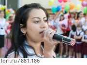 Купить «Старшеклассница поёт на школьном празднике», фото № 881186, снято 23 мая 2009 г. (c) Федор Королевский / Фотобанк Лори