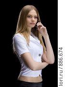 Купить «Девушка в белом с телефоном в руке», фото № 886674, снято 31 марта 2009 г. (c) Кувшинников Павел / Фотобанк Лори