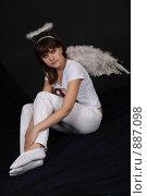 Купить «Девушка-ангел на черном фоне», фото № 887098, снято 3 мая 2009 г. (c) Евгений Батраков / Фотобанк Лори