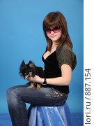 Купить «Портрет девушки  с собачкой», фото № 887154, снято 3 мая 2009 г. (c) Евгений Батраков / Фотобанк Лори