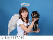 Купить «Девушка-ангел с собачкой на голубом фоне», фото № 887190, снято 3 мая 2009 г. (c) Евгений Батраков / Фотобанк Лори
