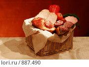Купить «Мясные и колбасные деликатесы с овощами в плетеной корзине», фото № 887490, снято 6 ноября 2005 г. (c) Татьяна Белова / Фотобанк Лори