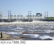 Сброс воды на Камской ГЭС (2009 год). Редакционное фото, фотограф Валерий Кондрашов / Фотобанк Лори