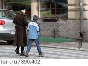 Купить «Мальчик переводит бабушку через дорогу», фото № 890402, снято 20 сентября 2008 г. (c) Синицын Игорь / Фотобанк Лори