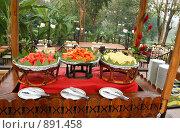 Купить «Деревянный стол с папайей, арбузом и ананасом», фото № 891458, снято 24 января 2008 г. (c) Руслан Кудрин / Фотобанк Лори