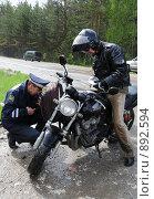 Купить «Инспектор ДПС проверяет мотоцикл», эксклюзивное фото № 892594, снято 22 мая 2009 г. (c) Free Wind / Фотобанк Лори