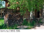 Купить «Поленница около деревянного дома в деревне», фото № 893186, снято 30 мая 2009 г. (c) Кекяляйнен Андрей / Фотобанк Лори
