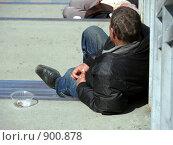 Отдыхающий на ступенях пьяница. Стоковое фото, фотограф Алексей Стоянов / Фотобанк Лори