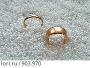 Купить «Мужское и женское обручальные кольца на белом жемчуге», фото № 903970, снято 25 марта 2009 г. (c) Кекяляйнен Андрей / Фотобанк Лори