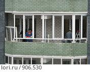 Купить «Рабочие ставят пластиковые рамы на лоджии», фото № 906530, снято 14 февраля 2009 г. (c) Ирина Андреева / Фотобанк Лори