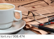 Купить «Чашка кофе, газеты, очки и механический карандаш», фото № 908474, снято 5 сентября 2008 г. (c) Сергей Плахотин / Фотобанк Лори
