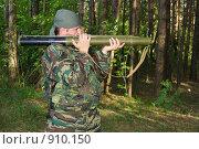 Купить «Молодой мужчина стреляет из гранатомёта», фото № 910150, снято 4 июня 2009 г. (c) Александр Лядов / Фотобанк Лори