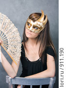 Купить «Девушка в венецианской  маске с веером», фото № 911190, снято 19 августа 2018 г. (c) ElenArt / Фотобанк Лори