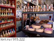 Купить «Рисовальщик песочных картин в бутылках», фото № 915222, снято 26 ноября 2008 г. (c) Irina Opachevsky / Фотобанк Лори