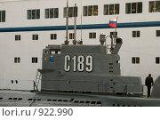 Купить «Рубка подводной лодки на фоне борта судна», эксклюзивное фото № 922990, снято 15 июня 2009 г. (c) Александр Алексеев / Фотобанк Лори