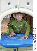 Купить «Девочка выглядывает из домика», фото № 928110, снято 14 июня 2009 г. (c) Ольга Шаран / Фотобанк Лори