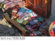 Купить «Вязаные рукавицы на лавке, уличная торговля», фото № 930626, снято 6 мая 2008 г. (c) Синицын Игорь / Фотобанк Лори