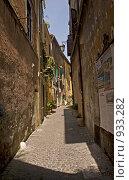 Узкая улица древнего города. Тиволи, Италия. Редакционное фото, фотограф GrayFox / Фотобанк Лори