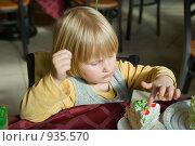 Купить «Девочка ест торт», фото № 935570, снято 7 апреля 2009 г. (c) Михаил Ворожцов / Фотобанк Лори