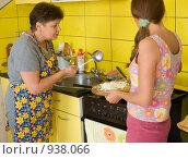 Купить «Две женщины на кухне», фото № 938066, снято 3 июля 2020 г. (c) Типляшина Евгения / Фотобанк Лори