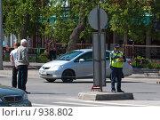 Купить «Инспектор ГИБДД - фиксация ДТП», фото № 938802, снято 31 мая 2009 г. (c) Игорь Боголюбов / Фотобанк Лори