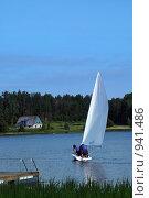 Купить «Парусная лодка на озере», фото № 941486, снято 23 июня 2009 г. (c) Aleksander Kaasik / Фотобанк Лори