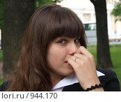 Купить «Девушка что-то задумала», фото № 944170, снято 22 июня 2009 г. (c) Троицкая Алиса / Фотобанк Лори