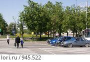 Купить «Пешеходы идут через дорогу», фото № 945522, снято 27 мая 2009 г. (c) Михаил Котов / Фотобанк Лори