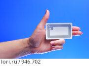Купить «Женская рука держит RFID карту-метку», фото № 946702, снято 29 марта 2020 г. (c) AlphaBravo / Фотобанк Лори