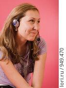 Купить «Девушка в наушниках с микрофоном на розовом фоне», фото № 949470, снято 26 июня 2009 г. (c) Сергей Плюснин / Фотобанк Лори