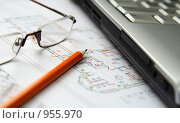 Купить «Ноутбук, карандаш и очки на плане помещения», фото № 955970, снято 29 июля 2008 г. (c) Сергей Плахотин / Фотобанк Лори