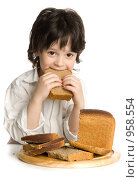 Купить «Мальчик с нарезанным хлебом», фото № 958554, снято 20 июня 2009 г. (c) Григорьева Любовь / Фотобанк Лори