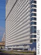 Купить «Высокое административное здание со стройными рядами окон», фото № 962850, снято 2 июня 2009 г. (c) Олег Рыбаков / Фотобанк Лори