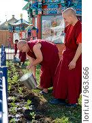 Буддийские монахи трудятся. Иволгинский дацан. Бурятия (2009 год). Редакционное фото, фотограф Александр Подшивалов / Фотобанк Лори