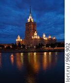 """Ночной вид на гостиницу """"Украина"""" (2009 год). Редакционное фото, фотограф Алексей Нестеров / Фотобанк Лори"""
