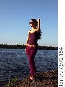 Купить «Юная красотка в очках на берегу реки», фото № 972154, снято 10 июля 2009 г. (c) Павел Гундич / Фотобанк Лори
